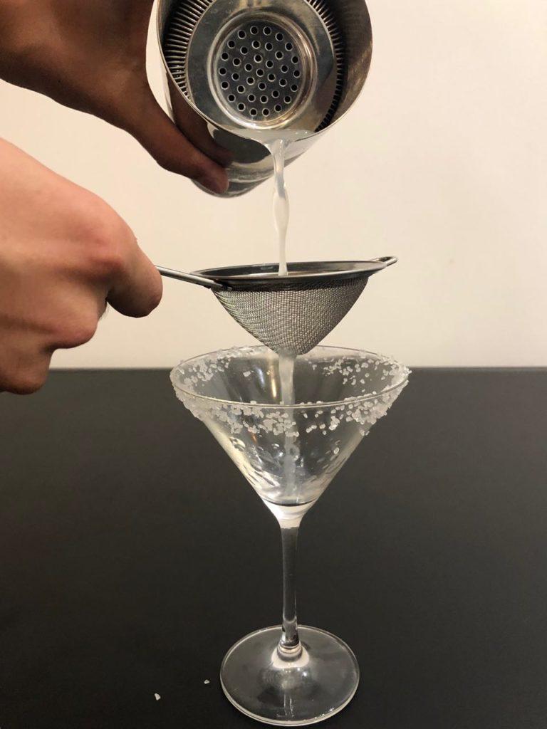 Приготовление коктейля Маргарита
